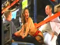Jennifer follando con sus companeros en la fabrica